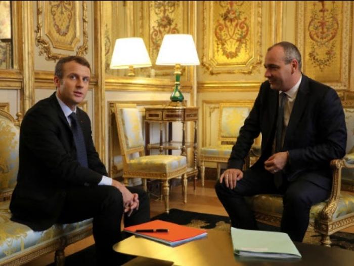 Macron-Salon.jpg
